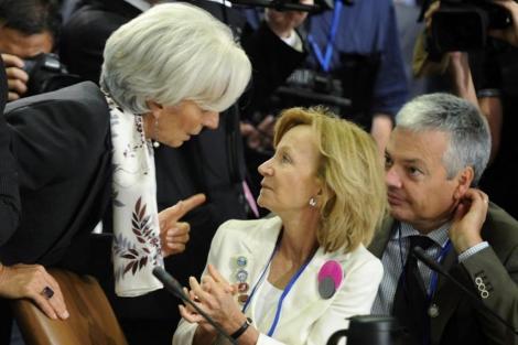 Elena Salgado habla con la directora del FMI, Christine Lagarde.   Reuters