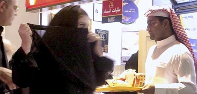 Una mujer saudí se ajusta el velo en un centro comercial de la capital. | El Mundo