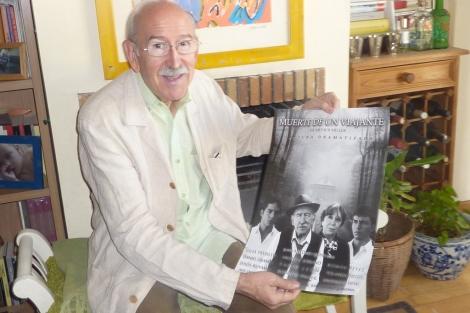 Juan Antonio Quintana muestra el cartel de la obra teatral. | Lola Leonardo