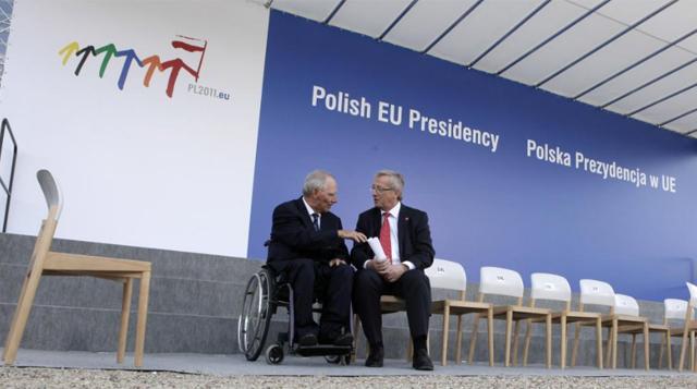 El ministro Wolfgang Schäuble (i) habla con el presidente del Eurogrupo, Jean-Claude Junker. | Ap