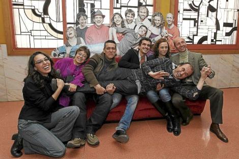 Los actores de 'Aficionados' sostienen a Arturo Dueñas. | Foto: M. A.