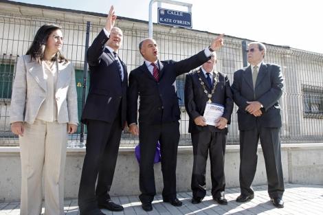 El alcalde de Ávila, en el centro, conversa con los visitantes irlandeses. | Ricardo Muñoz