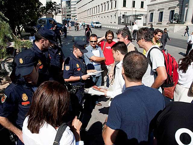 Agentes de la Policía desalojan a los representantes de Equo, entre ellos López de Uralde. | Guillermo Navarro / Equo