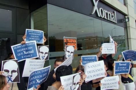 Los trabajadores del diario se concentraron ante las puertas de la empresa.