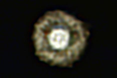 La estrella gigante amarilla IRAS, con la nebulosa alrededor, parece un huevo frito.   ESO