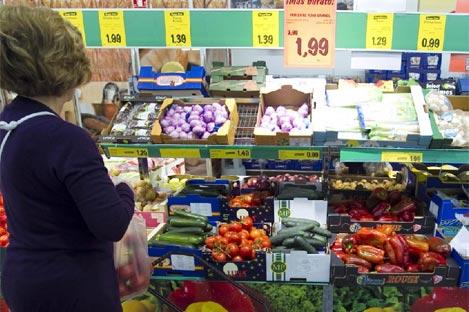 Mujer en un supermercado   Begoña Rivas