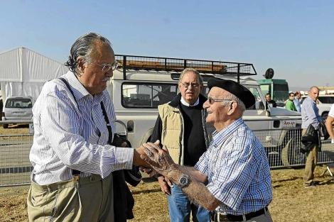 Azkuna saluda a un simpatizante del PNV durante la fiesta del pasado domingo. | N. González