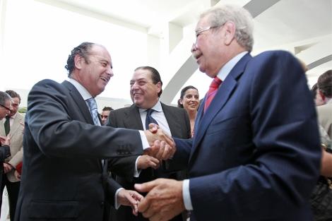Armando Sala (d) saluda a José Joaquín Ripoll (i) en Alicante. | E. Caparrós