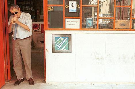 Silvio enciende un cigarrillo en la puerta del bar ABC.   El Mundo