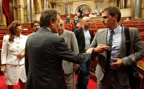 Mas junto a Rivera en un pleno del Parlament.   Domènec Umbert