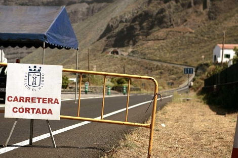 Cierre de la carretera que une Valverde y Frontera. | Cristóbal García/Efe