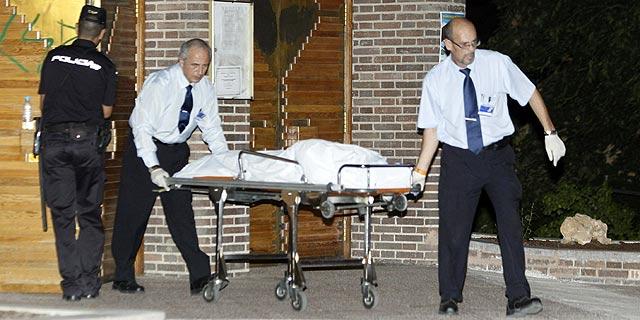 Momento en el que sacan uno de los cuerpos de la iglesia. | Efe