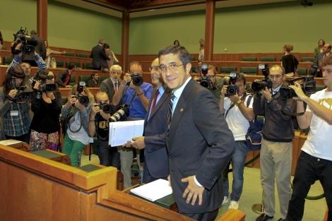 Patxi López, a su llegada al Parlamento en medio de una gran expectación.   Justy