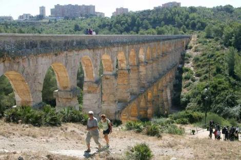 El acueducto se puede cruzar de punta a punta a través del canal. | Jaume Sellart / Efe