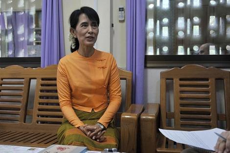 Aung San Suu Kyi, en sus cuarteles generales en Rangún.   Afp