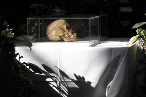 Uno de los cráneos expuestos durante la ceremonia en Berlín, Alemania. | AP
