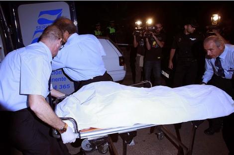 Momento de la retirada del cadáver de la parroquia.| Javier Barbancho