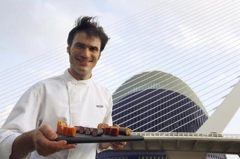 Senén González, con su sushi de paella, en Valencia. | Efe