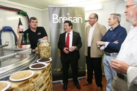 De izquierda a derecha, Christophe Le Galles, propietario; Luis Miguel Sánchez, diputado provincial; y Mario Granda, alcalde del municipio. | S, Muniosguren / Ical