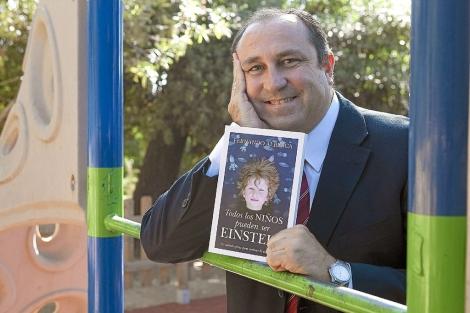 El profesor cordobés Fernando Alberca posa con su libro.   Madero Cubero