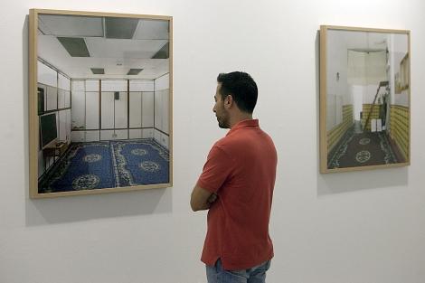 Un visitante de la muestra 'Mezquitas' observa una de las obras. | Madero Cubero