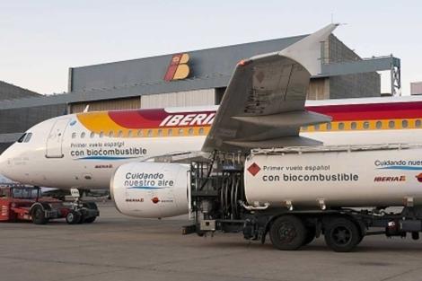 Avión de Iberia que ha realizado el primer vuelo con biocombustible. | EL MUNDO