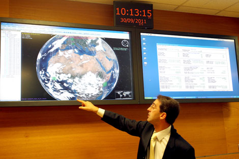 Alfredo Romo señala el plan del día del Deimos-1. | M. Álvarez