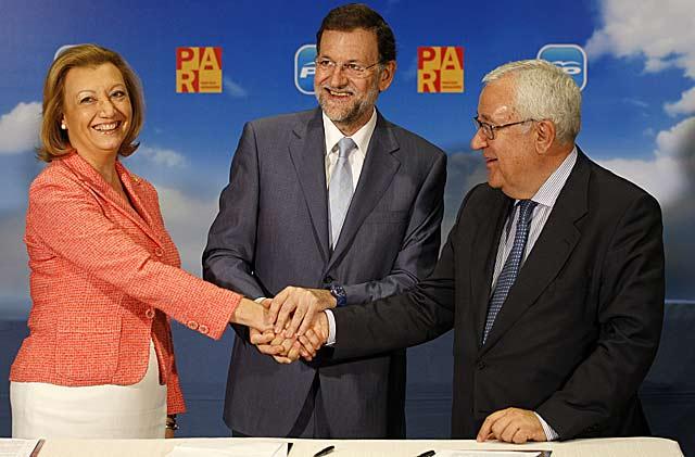 Rudi, Rajoy y Biel sellan públicamente el acuerdo para presentarse en coalición en Aragón. | EL MUNDO