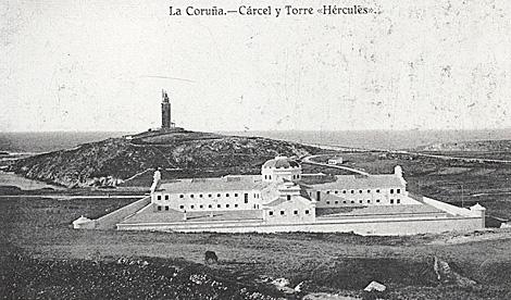 Foto antigua de la Torre de Hércules y el edificio.