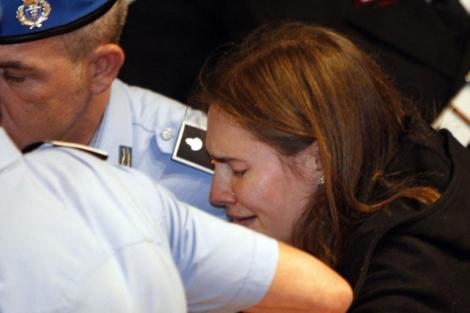Knox rompió a llorar tras conocer el veredicto.   AP