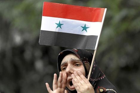Una mujer protesta contra el régimen. | Reuters