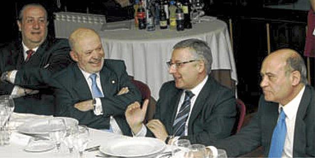 El empresario Jorge Dorribo (izq.) escucha a José Blanco en una cena en Lugo. | El Progreso
