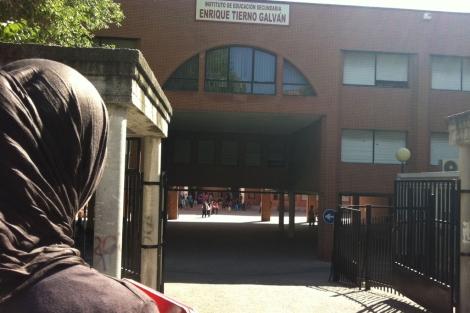 La menor posa para ELMUNDO.es delante del instituto.| A. Figueras