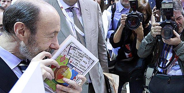 Rubalcaba huele un ejemplar de 'Pomelo y limón'.   Javier Barbancho