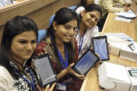 Tres estudiantes indias, con la nueva tableta. | Efe