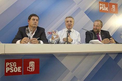 Blanco, con el presidente de la Diputación (izq.) y el alcalde de Lugo, el lunes.   Efe