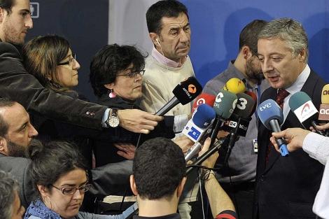 El ministro de Fomento, José Blanco, rodeado de periodistas, en Luxemburgo. | N. Bouvy | Efe