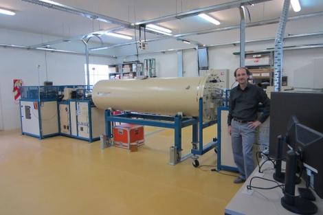 Xavier Bertou, junto a un acelerador de partículas en Bariloche. EL MUNDO.ES