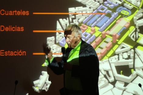 Rogers durante la conferencia en la Escuela de Arquitectura. | J. M. Lostau