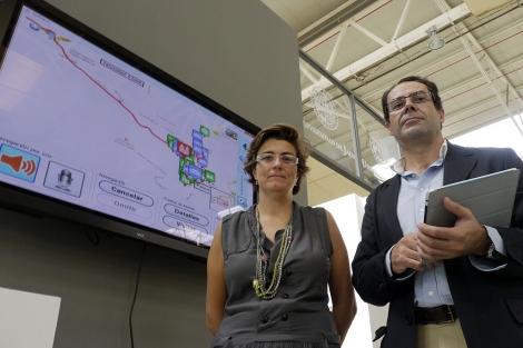 Los profesores de la UJA, mostrando el 'Geocaching Urbano'.   Manuel Cuevas