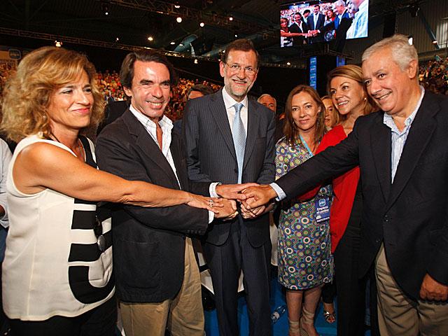 Los Aznar, los Rajoy, Cospedal y Arenas, en el cierre de la Convención.   Antonio Pastor