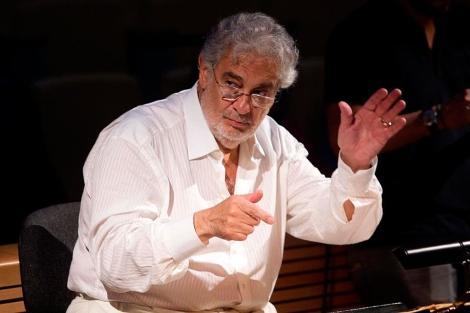 Plácido Domigo en los ensayos con una orquesta en Valencia.   Benito Pajares