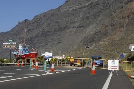 La carretera AH-1 en dirección al túnel de Los Roquillos, cerrada al tráfico el domingo. | Efe