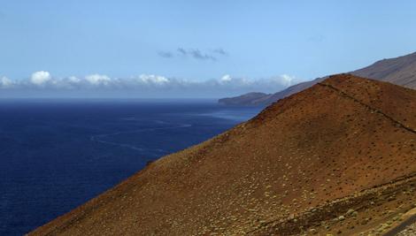 Una vista del Mar de las Calmas, en cuyo fondo está aflorando la lava, en la isla de El Hierro. | Santiago Ferrero