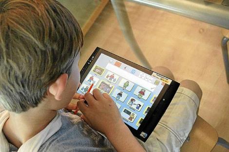 Uno de los usuarios del programa informático visualiza las herramientas 'e-mintza'. | El Mundo