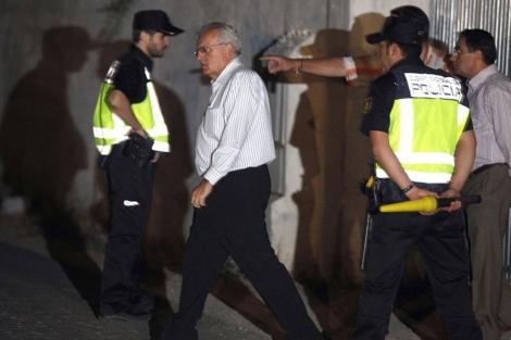 El comisario jefe de la Policía Judicial de Sevilla sale de la finca.   Efe