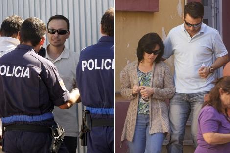 El padre -a la izq., con gafas de sol- y la madre -a la der.-, a la salida de comisaría.   Efe   M. C.