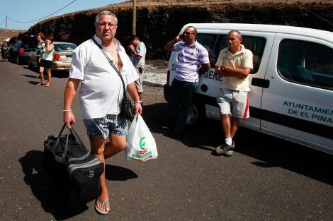 Un habitante de la isla, evacuado. | Afp