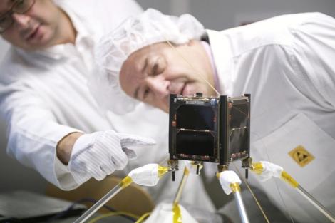 Fernando Aguado y Salustiano Mato, con el satélite. | A. G.
