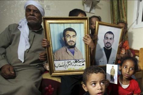 Familiares de Mohammed Abu Ataya, preso en Israel, tras conocer la noticia.| Reuters